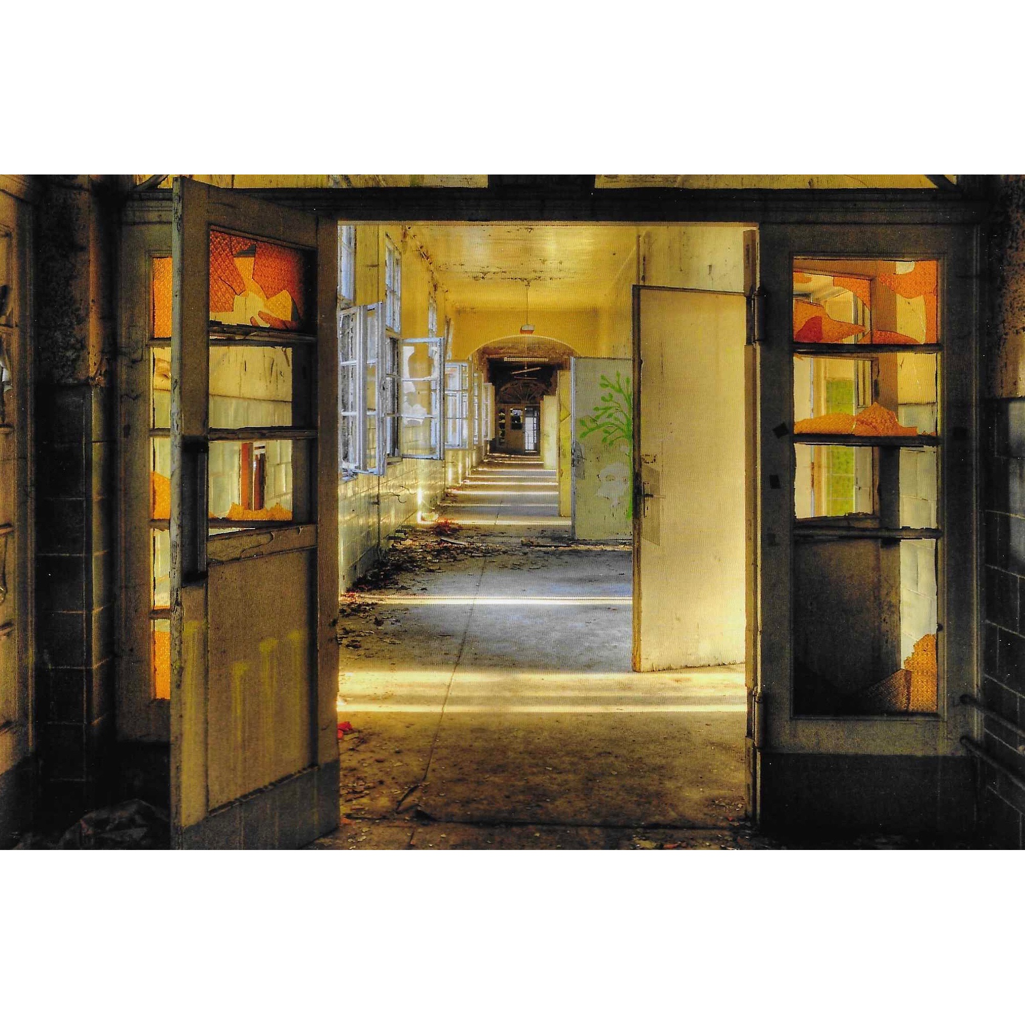 Urbex foto op plexiglas 'Broken glass' met een prachtig licht in de foto die diepte en kleur geeft. De afmetingen zijn 80 x 120cm.