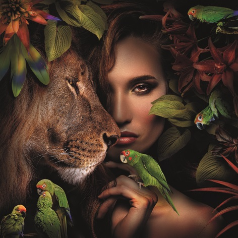 Foto op aluminium 'Woman with lion and parrots'